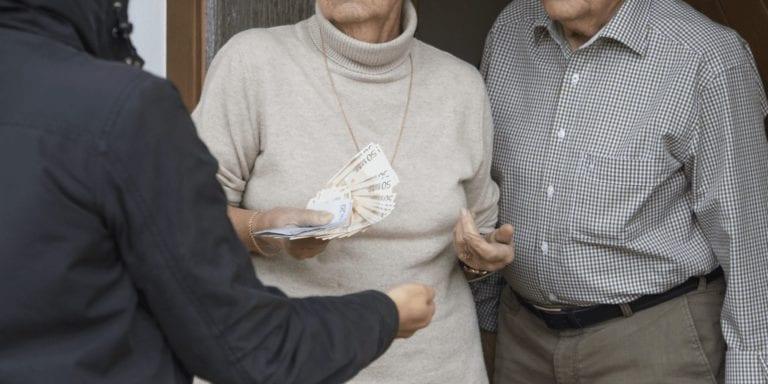 Seniorin bei Haustürgeschäft betrogen und bestohlen