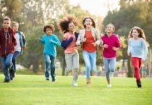 Kinder rennen in der Natur
