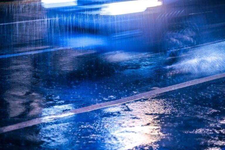 Zu schnell gefahren? Unfall im Regen Höhe Dibbersen