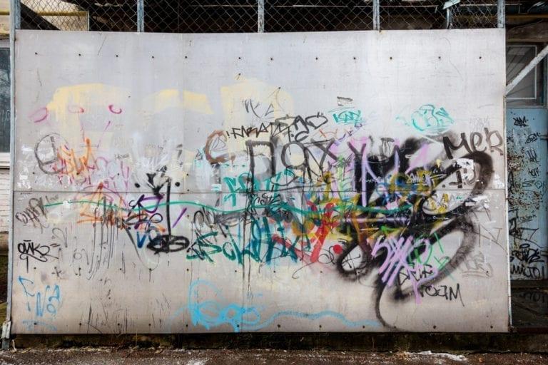 Kinder sprühen Graffiti in der Buchholzer Innenstadt