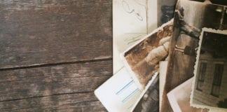 Alter Bilder und Dokumente auf Tisch
