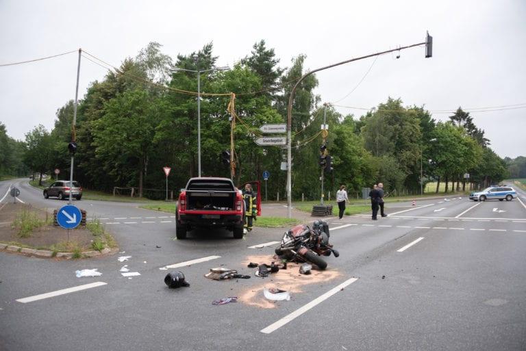 Motorrad kollidiert mit Auto – rote Ampel übersehen?