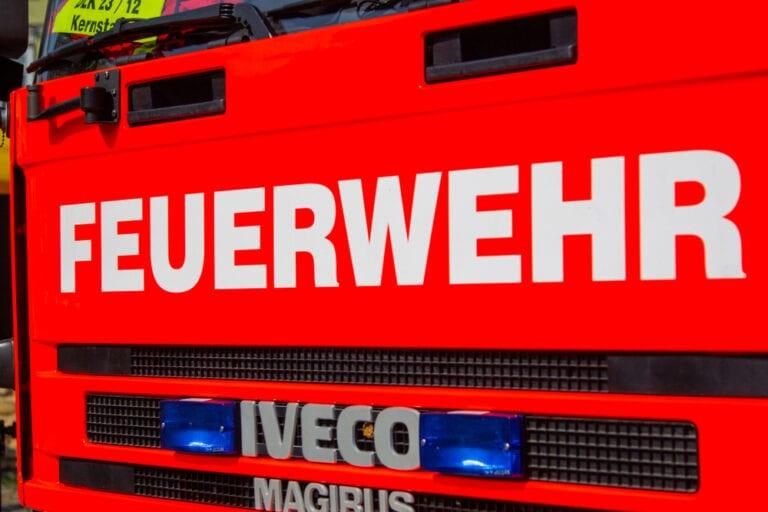 Carport brennt in Steinbecker Straße