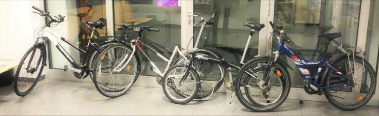 Fahrräder gestohlen und auf Gleise geworfen